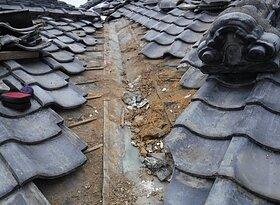 荒尾市桜山において、雨漏り修理・・谷銅板からステンレス板へのイメージ