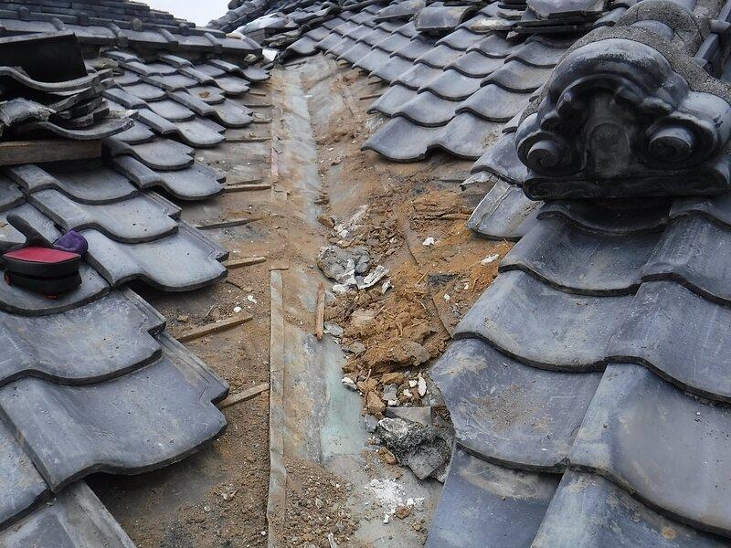 荒尾市桜山において、雨漏り修理・・谷銅板からステンレス板へ